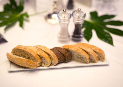 Brot-am-Tisch